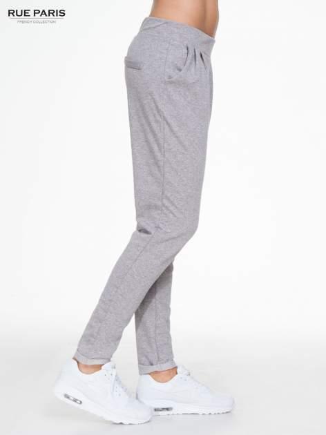 Szare spodnie dresowe z zakładkami przy kieszeniach                                  zdj.                                  3