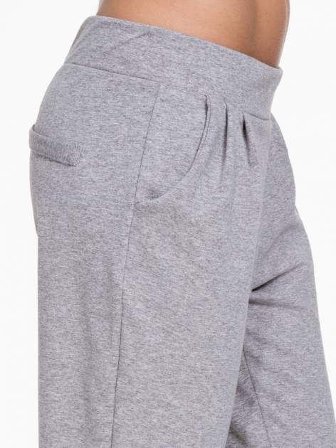 Szare spodnie dresowe z zakładkami przy kieszeniach                                  zdj.                                  6