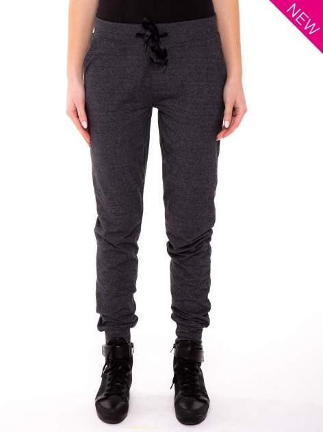Szare spodnie dresowe ze zwężaną nogawką zakończoną na dole ściągaczem