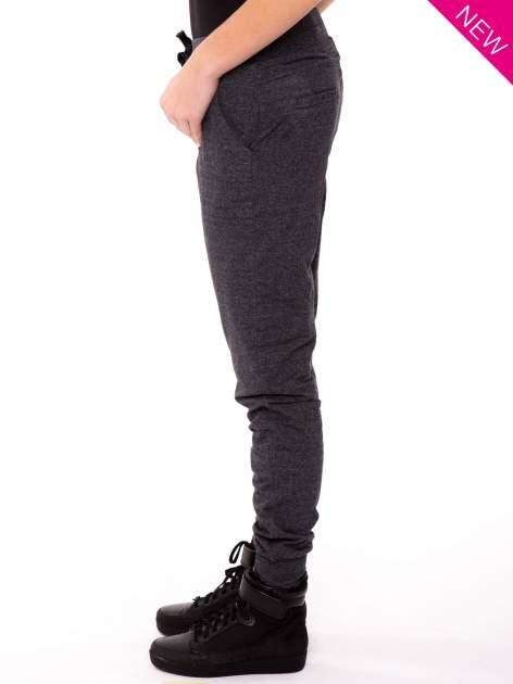Szare spodnie dresowe ze zwężaną nogawką zakończoną na dole ściągaczem                                  zdj.                                  3