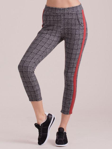Szare spodnie we wzory z czerwonymi lampasami                              zdj.                              3