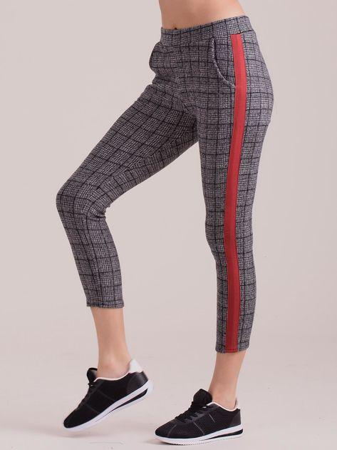 Szare spodnie we wzory z czerwonymi lampasami                              zdj.                              1