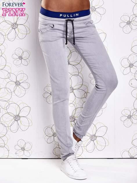Szare spodnie z przeszyciami i ciemnoniebieską gumką w pasie                                  zdj.                                  1