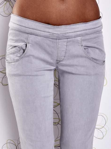 Szare spodnie z przeszyciami i ciemnoniebieską gumką w pasie                                  zdj.                                  7