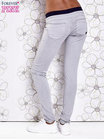 Szare spodnie z przeszyciami i granatową gumką w pasie                                  zdj.                                  2