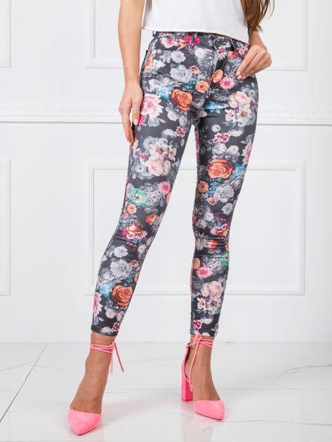 Szare spodnie z wysokim stanem w kwiaty