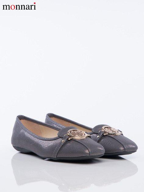 Szare tłoczone baleriny Monnari z ozdobną złotą przypinką na przodzie buta                              zdj.                              3