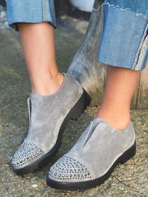 Szare zamszowe botki z ozdobną wstawką z przodu buta wysadzaną błyszczącymi dżetami                              zdj.                              4