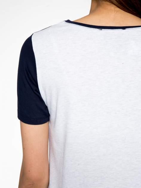 Szaro-granatowy t-shirt z napisem DREAMY VIBES 86 PARIS                                  zdj.                                  8