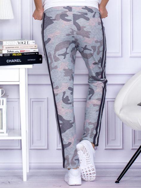 Szaro-różowe militarne spodnie dresowe z błyszczącym lampasem                                  zdj.                                  2
