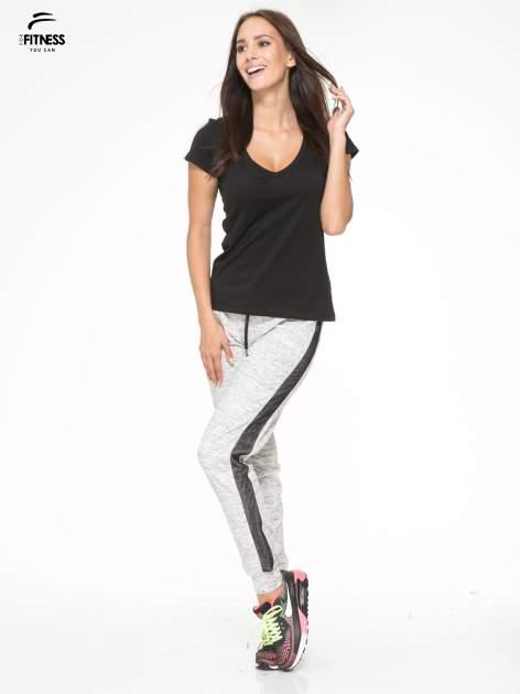 Szaromelanżowe spodnie dresowe z czarnymi lampasami z siateczki                                  zdj.                                  5