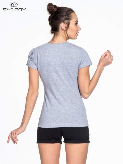 Szary damski t-shirt sportowy z modelującymi przeszyciami                                  zdj.                                  4
