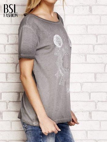Szary dekatyzowany t-shirt z dekoltem na plecach                                  zdj.                                  3