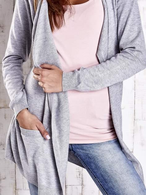 Szary długi niezapinany sweter z kieszeniami                                  zdj.                                  5