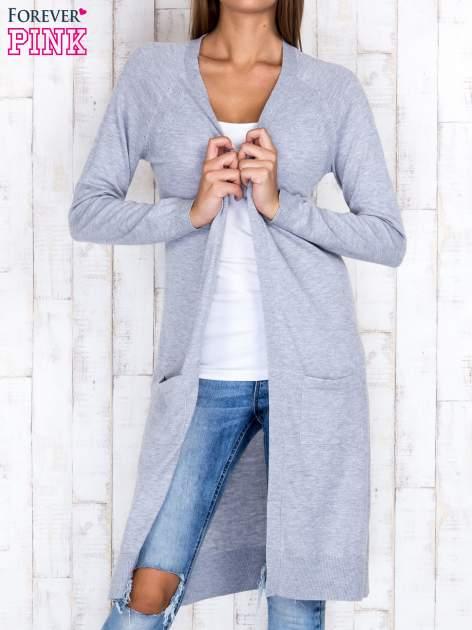 Szary długi sweter z ażurowym zdobieniem szwów