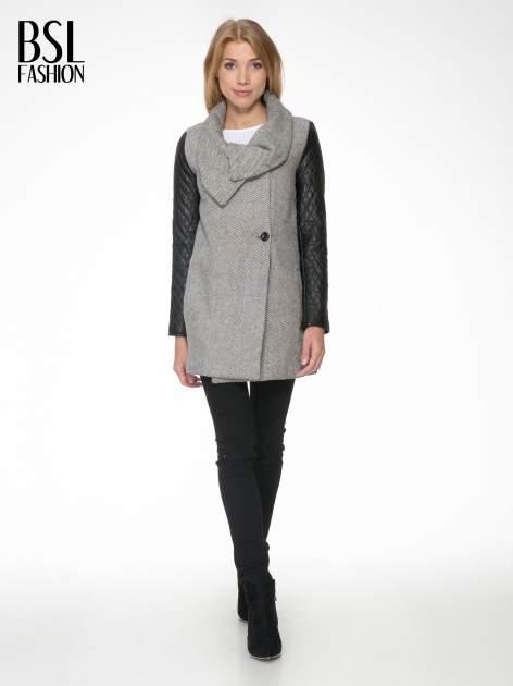 Szary melanżowy płaszcz  ze skórzanymi pikowanymi rękawami                                  zdj.                                  2