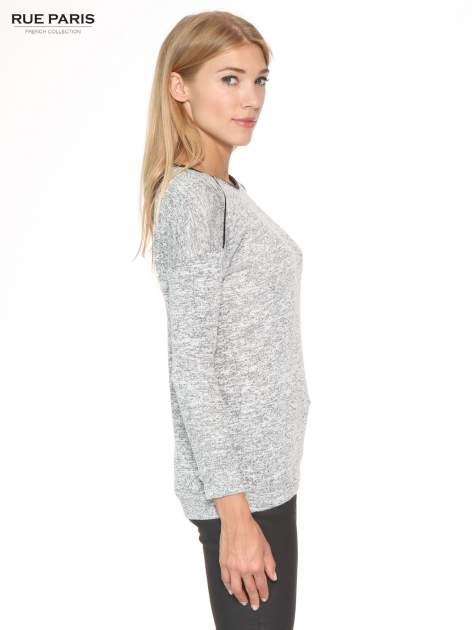 Szary melanżowy sweter z kontrastowymi wstawkami przy dekolcie                                  zdj.                                  3