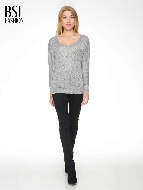 Szary melanżowy sweterek o luźnym kroju z kieszonką                                  zdj.                                  2