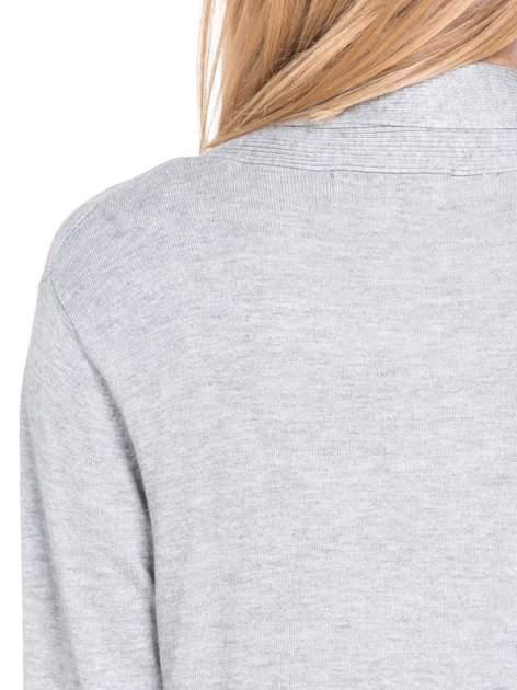 Szary otwarty sweter kardigan z prążkowanym kołnierzem                                  zdj.                                  7
