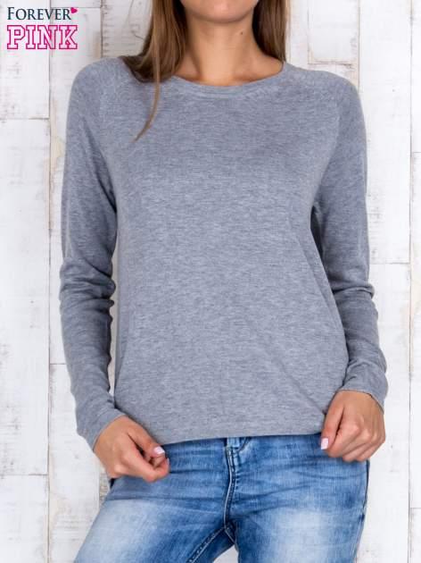 Szary sweter z dłuższym tyłem i zakładką na plecach                                  zdj.                                  1