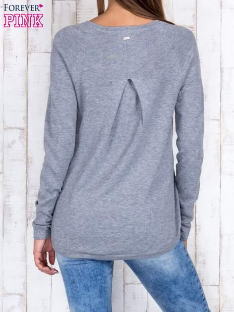Szary sweter z dłuższym tyłem i zakładką na plecach                                  zdj.                                  4
