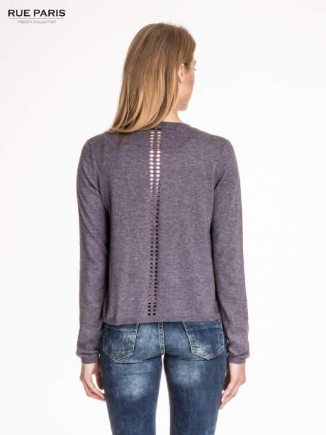 Szary sweter z kaskadowymi bokami i oczkami                                  zdj.                                  4