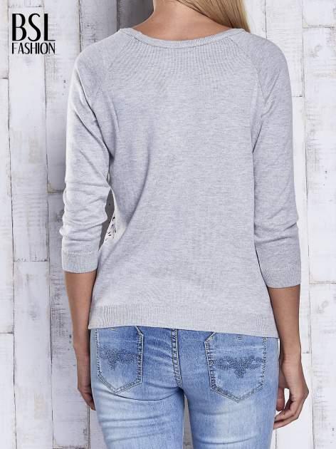 Szary sweter z kolorową wstawką                                  zdj.                                  5