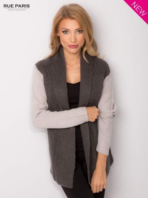 Szary sweter z kontrastowymi rękawami i paskiem                                  zdj.                                  2