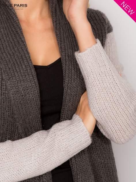 Szary sweter z kontrastowymi rękawami i paskiem                                  zdj.                                  5