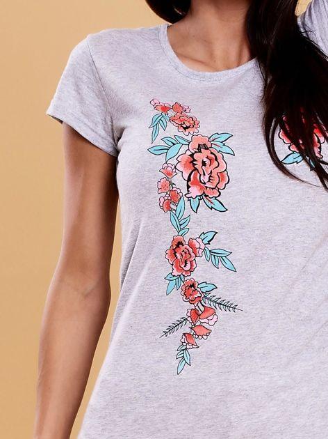 Szary t-shirt damski w kwiaty                              zdj.                              5