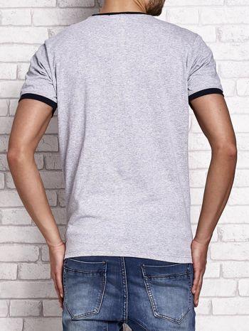 Szary t-shirt męski z aplikacjami i napisami