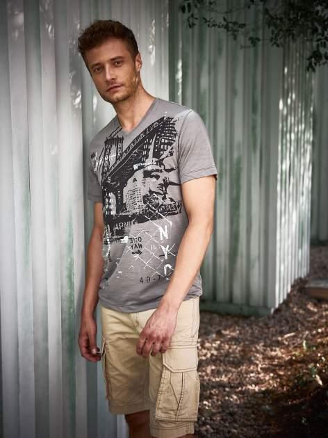 Szary t-shirt męski z miejskim nadrukiem                                  zdj.                                  1