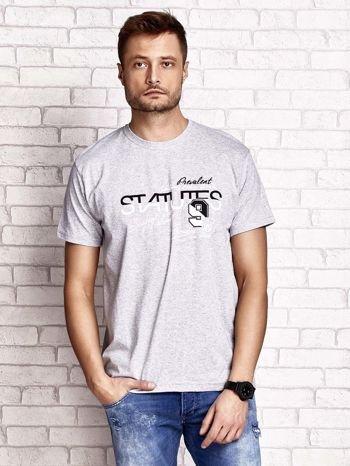 Szary t-shirt męski z nadrukiem napisów i cyfrą 9                                  zdj.                                  2