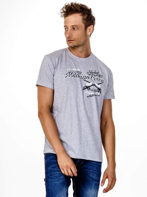 Szary t-shirt męski z nadrukiem napisów w sportowym stylu                                  zdj.                                  2