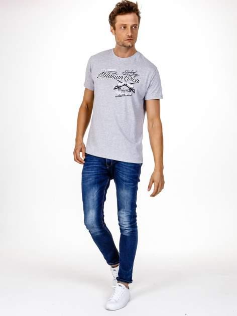 Szary t-shirt męski z nadrukiem napisów w sportowym stylu                                  zdj.                                  3