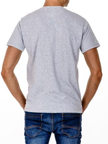 Szary t-shirt męski z napisem CHAMPION i liczbą 28                                  zdj.                                  2