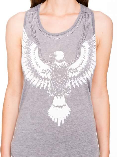 Szary t-shirt typu bokserka z nadrukiem orła i dżetami                                  zdj.                                  8