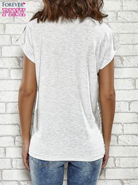 Szary t-shirt w paski z nadrukiem PARIS, ROME, NEW YORK                                  zdj.                                  4