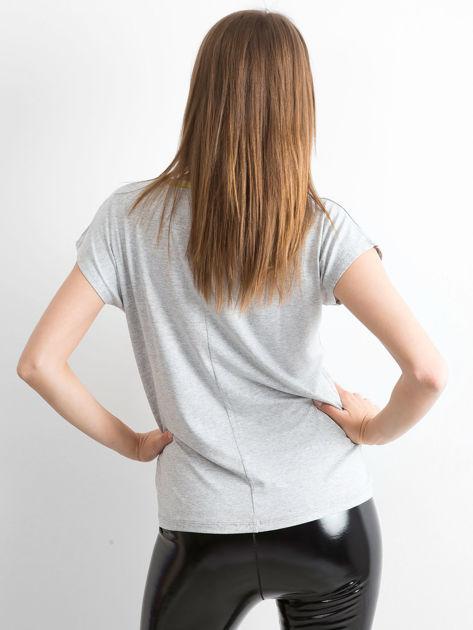 Szary t-shirt z błyszczącą lamówką                              zdj.                              2