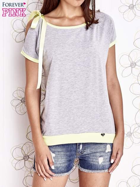 Szary t-shirt z limonkowym wykończeniem i kokardą
