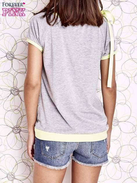 Szary t-shirt z limonkowym wykończeniem i kokardą                                  zdj.                                  4