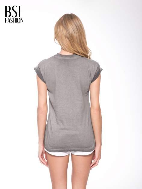 Szary t-shirt z nadrukiem GUNS N' ROSES                                  zdj.                                  4