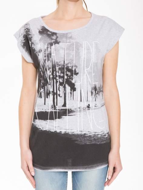 Szary t-shirt z nadrukiem NATURE                                  zdj.                                  5