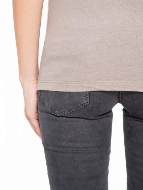 Szary t-shirt z nadrukiem NYC zdobiony dżetami                                  zdj.                                  10