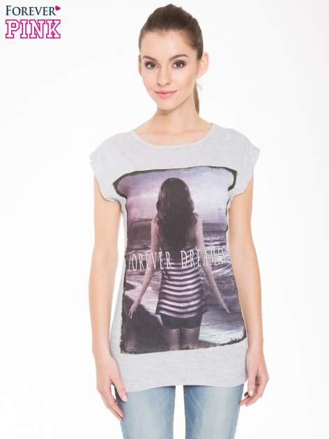 Szary t-shirt z nadrukiem dziewczyny w blogerskim stylu