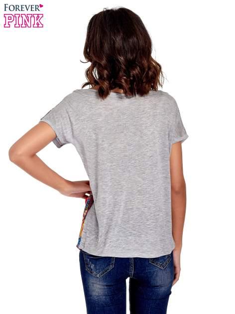 Szary t-shirt z nadrukiem kwiatowym                                  zdj.                                  4