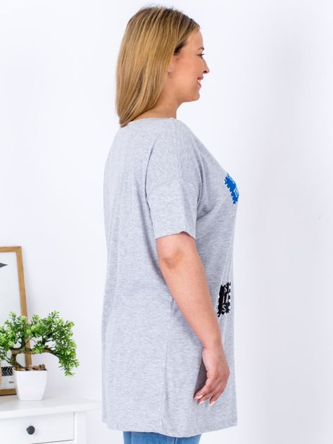 Szary t-shirt z nadrukiem naszywek PLUS SIZE                                  zdj.                                  3