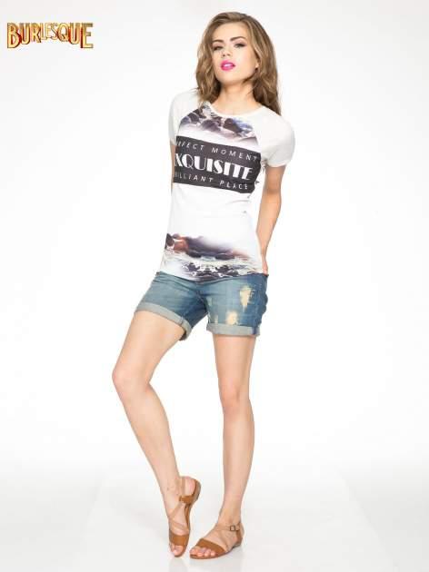 Szary t-shirt z nadrukiem pejzażu i napisem EXQUISTE z dżetami                                  zdj.                                  2