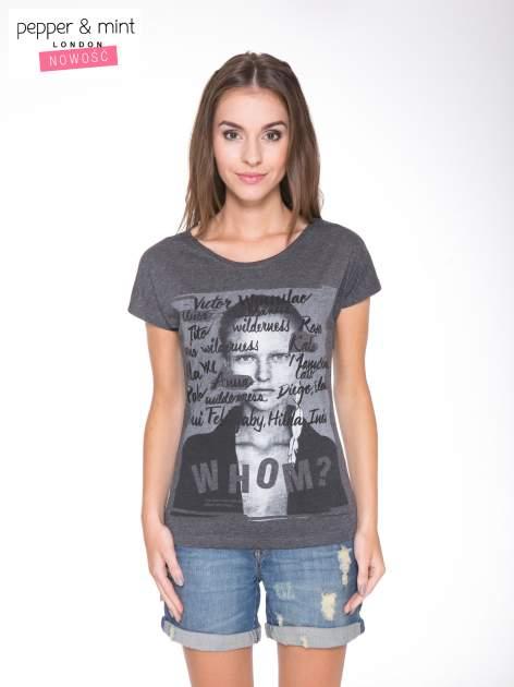 Szary t-shirt z nadrukiem twarzy i napisem WHOM?                                  zdj.                                  1