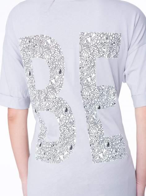 Szary t-shirt z nadukiem WIBE z przodu i na plecach                                  zdj.                                  10